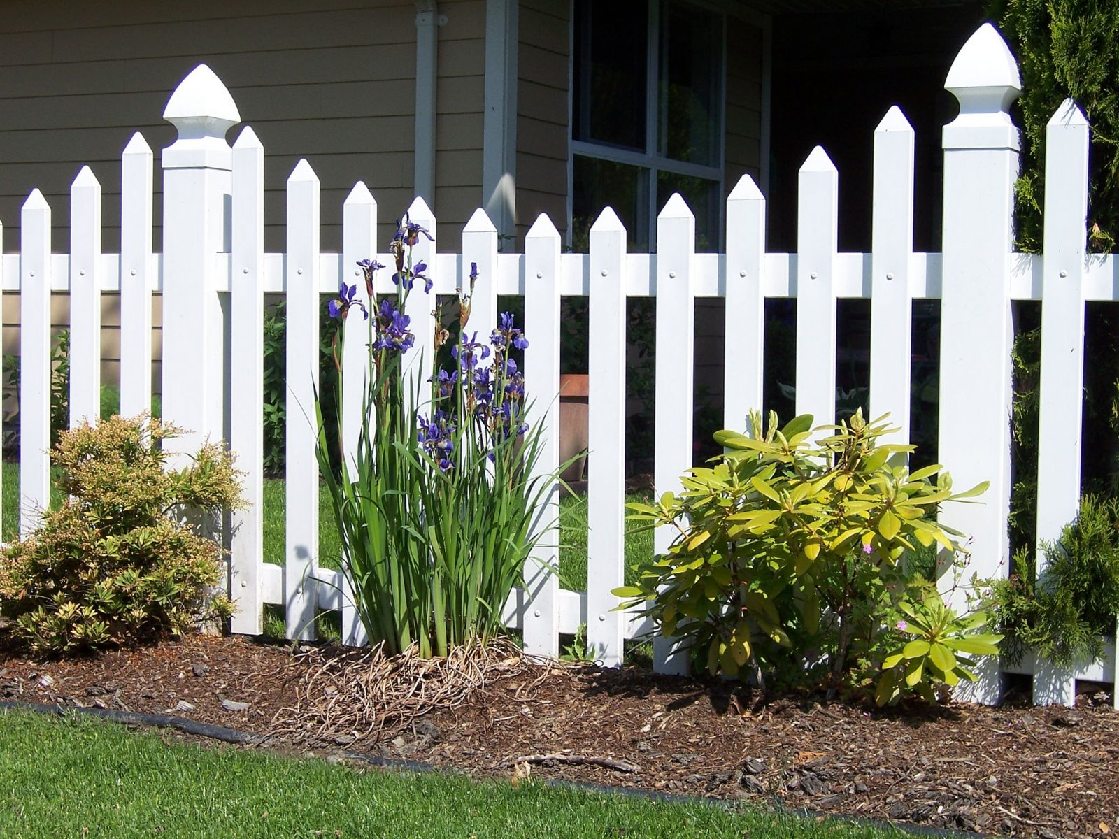 Residential vinyl fencing in the Fraser Valley